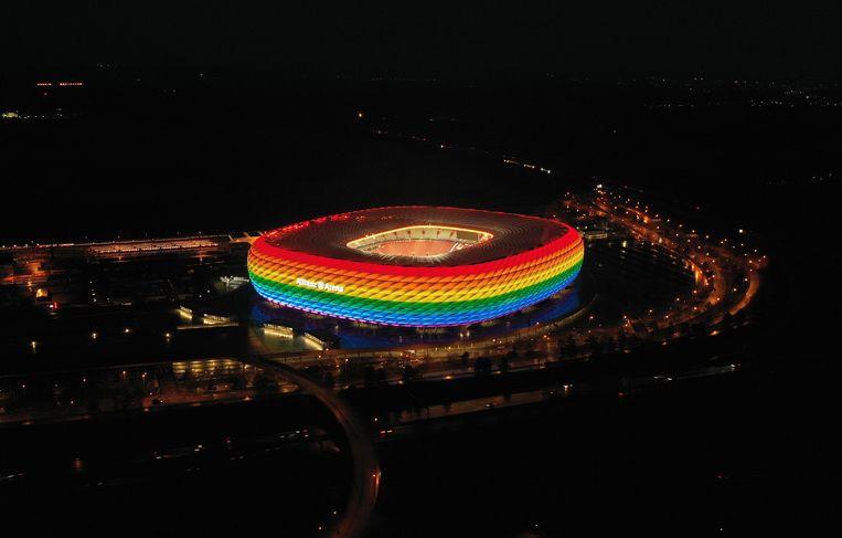 Het stadion Allianz Arena in regenboogkleuren tijdens een wedstrijd die geen onderdeel was van het EK. Beeld Getty Images