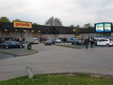 Spontane carmeeting op parkeerterrein Woonplein in Enschede