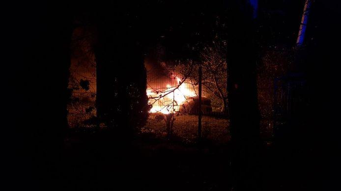 De wagen vatte kort na de crash vuur. De chauffeur raakte tijdig uit de auto en werd gearresteerd.