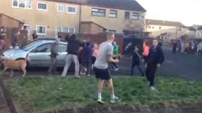 VIDEO: Familieruzie mondt uit in groot straatgevecht met knuppels en golfclubs in Belfast