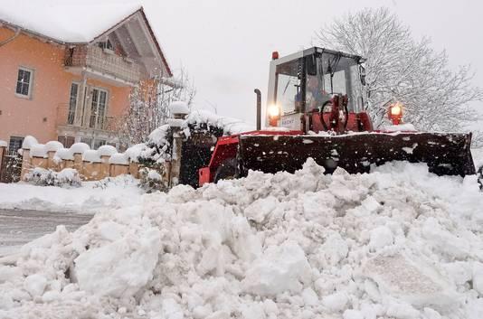 Sneeuwschuivers proberen de wegen in Duitsland weer begaanbaar te maken.