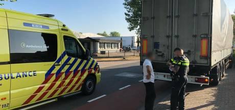 Fietser knalt tegen stilstaande vrachtauto en raakt gewond