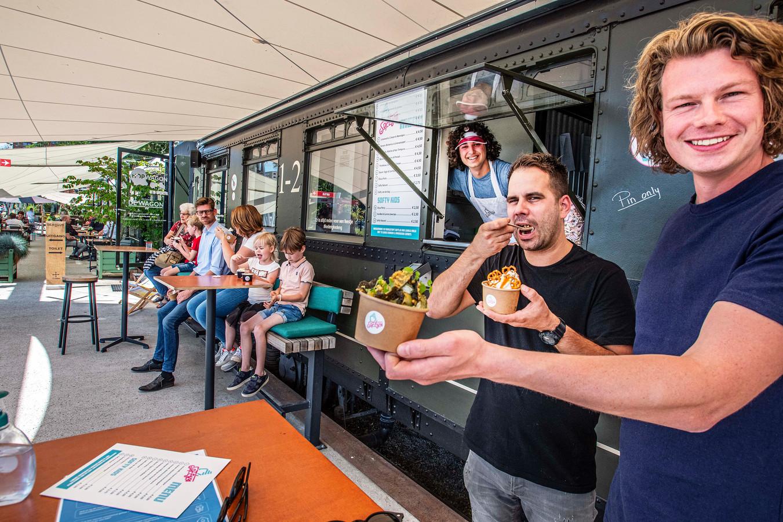 softy's wagon ijs burg brokxlaanSander Overweg en Koos de Wolfhappen elke dag een paar ijsjes weg