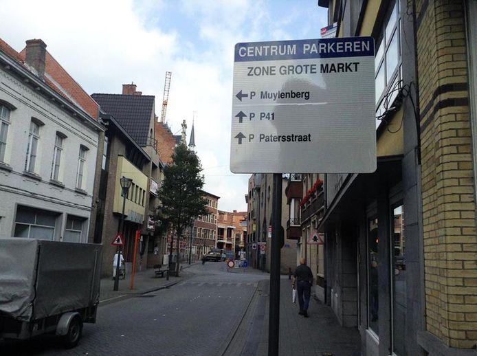 De pijl voor parking Muylenberg wijst naar links, maar wie er wil gaan parkeren, moet de eerste straat rechts nemen.