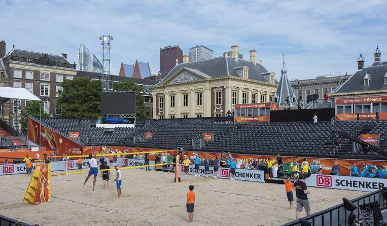 De generale repetitie in het beachvolleybal stadion op de Hofvijver. Op 5 juli as zal in dit speciaal gebouwde stadion de finale plaats vinden. Beeld ANP