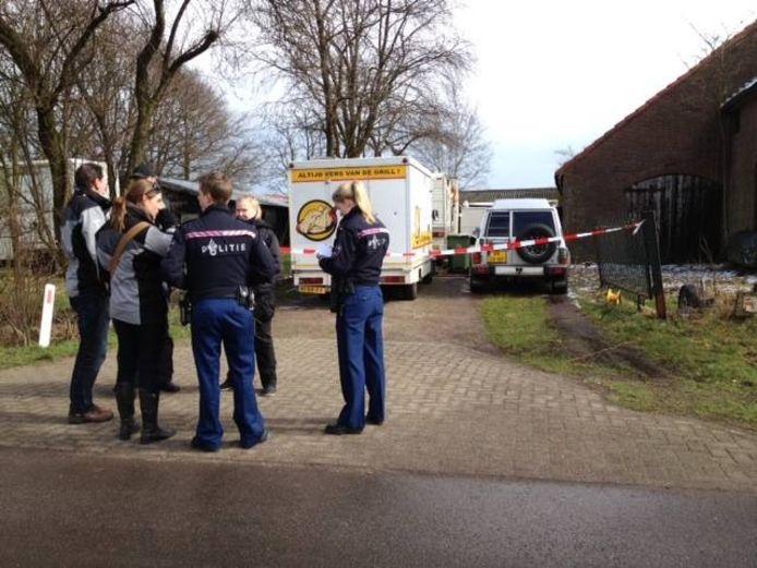 Politie-agenten bij de schuur in het buitengebied van Tilburg waar een xtc-lab is aangetroffen.