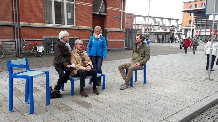 De blauwe bankjes langs de route van de gratis stadsbussen van de Blauwe Engelen, met ontwerper Wouter Corvers (rechts).