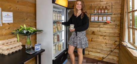 Boerendochter uit Rouveen verkoopt haar ambachtelijk gemaakte zuivel in miniwinkel