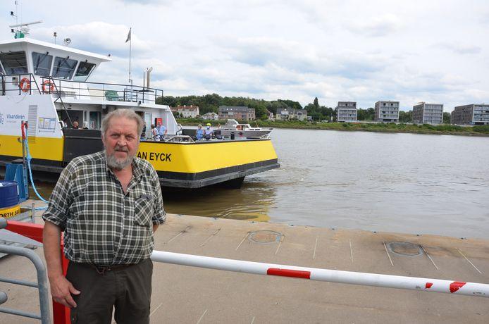 Frans Van Raemdonck aan het ponton waar hij 39 jaar geleden een jongetje van de verdrinkingsdood redde.