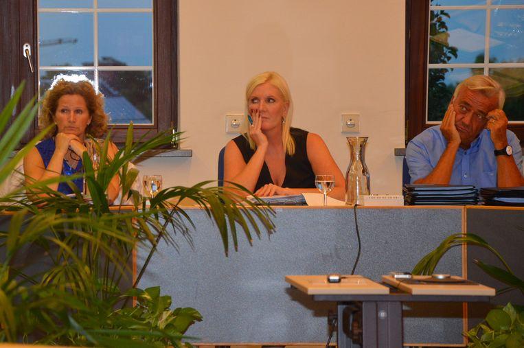 Burgemeester Veerle Baeyens (midden) was gisteravond niet gelukkig met de gang van zaken.