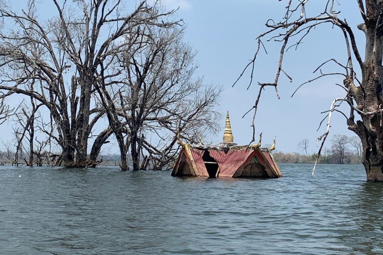 In Cambodja staat een religieus bouwwerk onder water door de aanleg van een stuwdam. Beeld Human Rights Watch