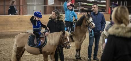 Kleuters en pony's in pietenpak bij bixieles in Saasveldse Ankerhal