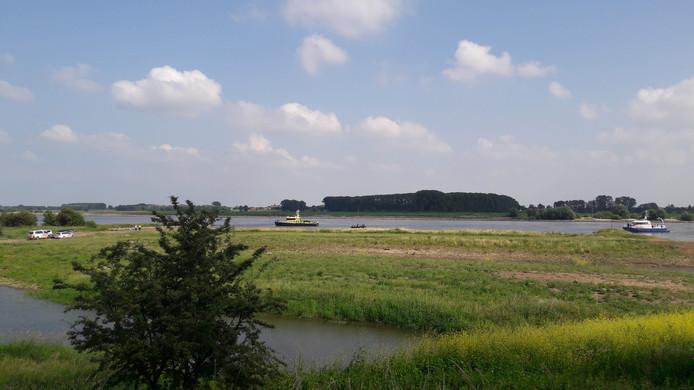 Politie,  Rijkswaterstaat zoeken zondag met het SOAD dregteam naar het lichaam van een 47-jarige recreant bij de Waalhaven in Tiel.