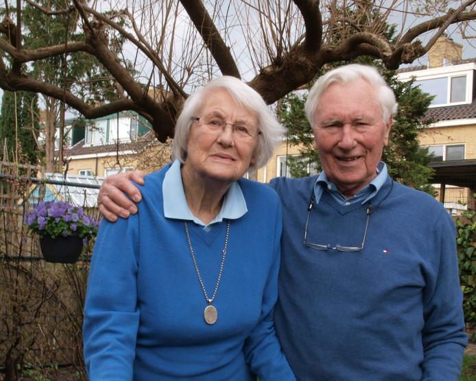 Bram van der Hout en Josien Van Zanten uit Benthuizen waren onlangs 60 jaar getrouwd. De bruidegom: ,,Ik zei: 'Ik ken je nog. Ik fietste altijd langs je'.''