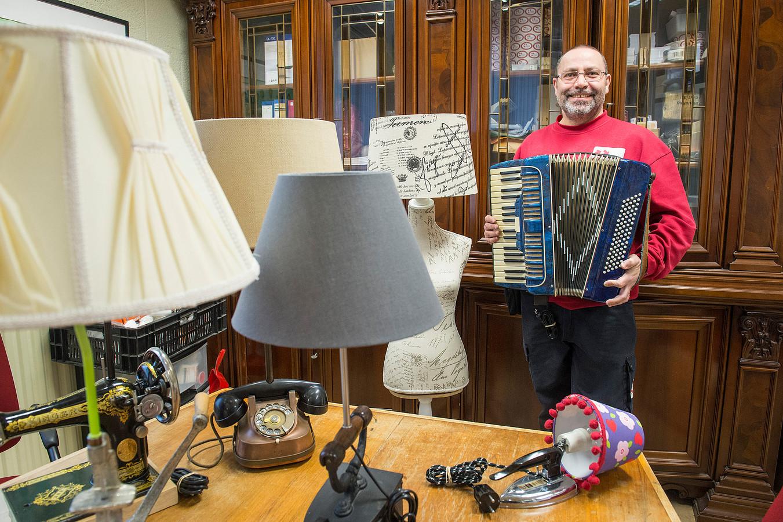 Pix4Profs-Ron Magielse rini janssen doet aan upcycling waarbij hij oude materialen een nieuwe en duurzame functie geeft. zoals een accordeon met speakerfunctie en diverse lampen gecombineerd met (oude) gebruiksvoorwerpen.