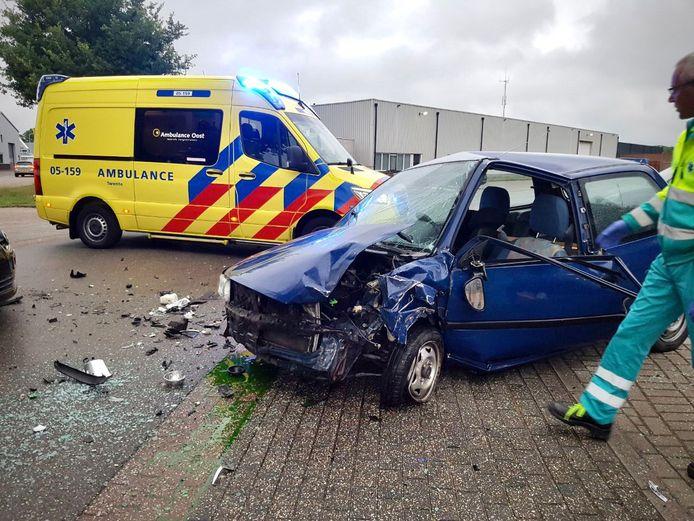Op de Galvanistraat in Tubbergen zijn dinsdagavond twee auto's op elkaar gebotst.