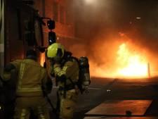 Harde knal op de Lage Nieuwstraat: geparkeerde auto uitgebrand