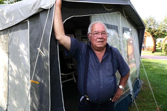 Cees Buijs bij de voortent van z'n caravan op camping De Grienduil waar hij dit jaar voor de achttiende keer op rij is.