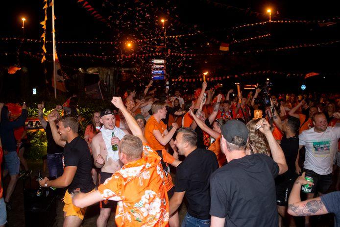 Apeldoorn - Feest op de rotonde in de Maten na de overwinning van Nederland op Zwitserland. Foto Kevin Hagens KH20210617