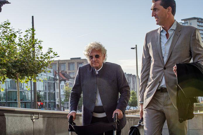 Uroloog Bo Coolsaet (80) steunt op een rollator bij zijn aankomst aan het Antwerpse justitiepaleis.  Hij wordt bijgestaan door advocaat Kris Luyckx (archieffoto 18 september).