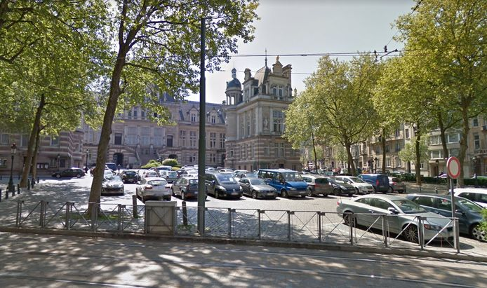 Hormis le lundi, jour de marché, la place Van Meenen à Saint-Gilles fait office de parking.