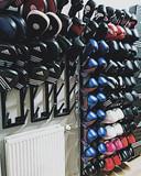 Gesorteerde bokschandschoenen. Krystel Masuger bedacht en ontwierp de rekken en ruimde de gym op.