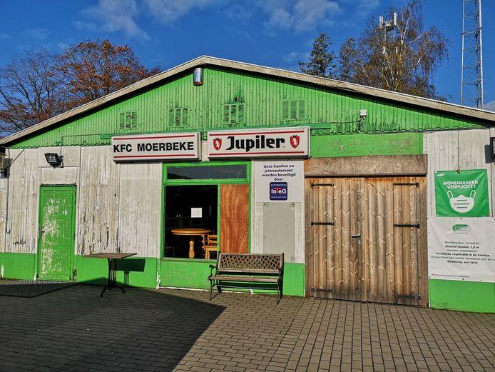 De oude kantine van KFC Moerbeke gaat dinsdag tegen de vlakte.