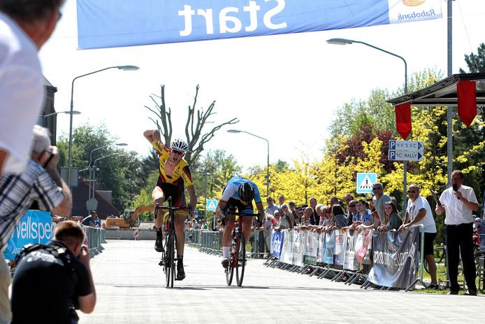 Melle Meeuwisse (links) drukt zijn fiets