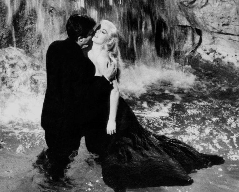 Marcello Mastroianni (links) en Anita Ekberg in de Trevi Fontein in de film La Dolce Vita. Beeld afp