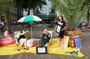 Een demonstratie tegen het wel heel erg voordelige fiscale klimaat van Nederland in juni 2017 te Den Haag voor het Tweede Kamergebouw. Rechts SP-parlementariër Sadet Karabulut die poolshoogte kwam nemen en de actie steunde.