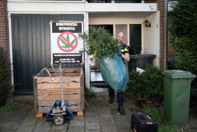 Ontruiming van een wietplantage aan de Houtmanlaan in Arnhem.