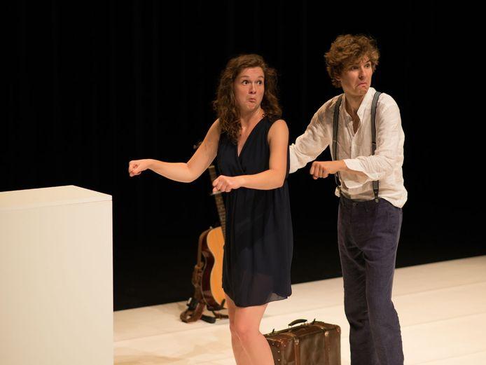 Belgisch-Nederlands cabaretduo Myrthe Van Velde (links) en Lander Severins (rechts)
