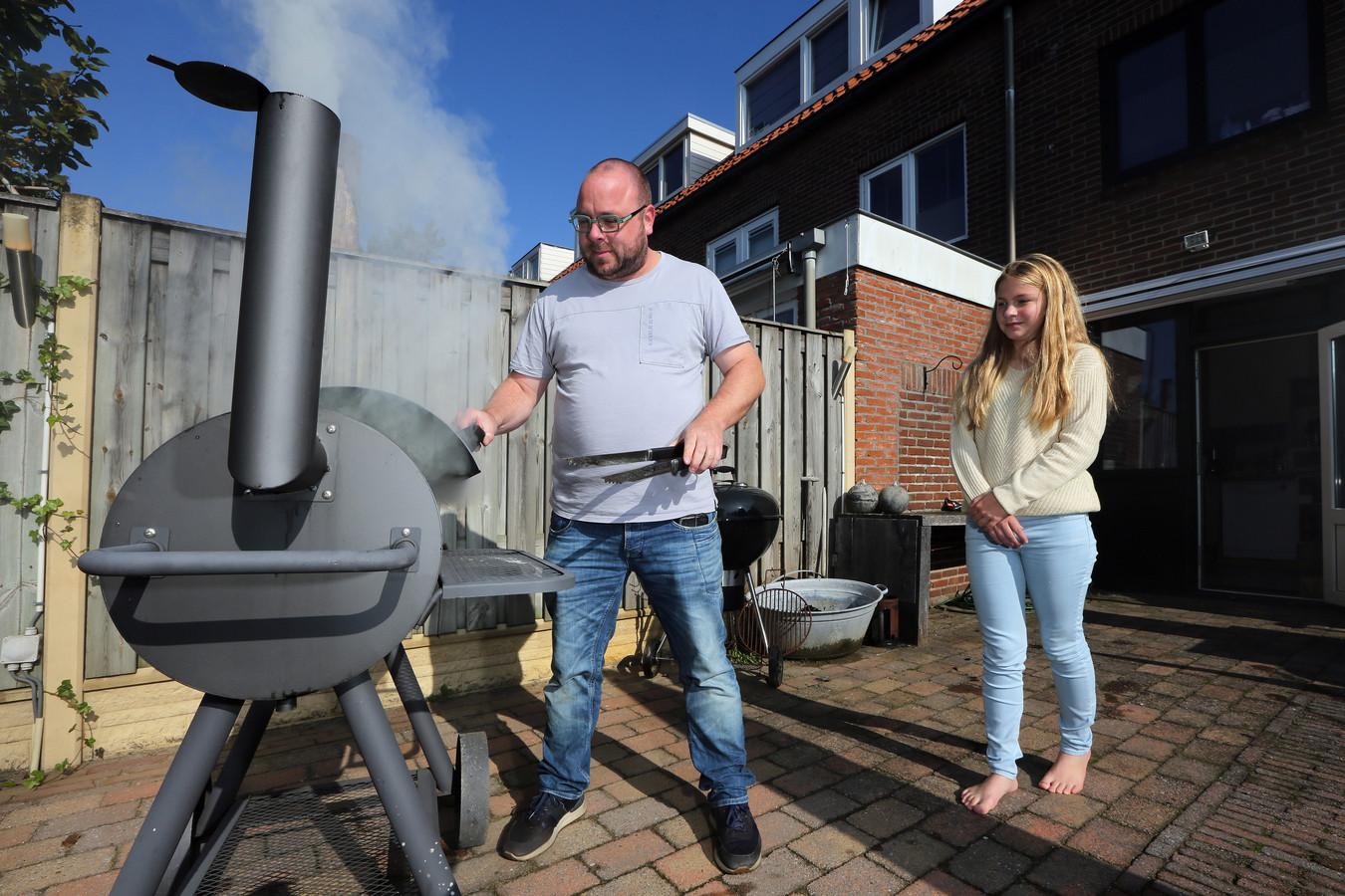 Niels Meeuwissen met dochter Benthe in de achtertuin aan de barbecue.