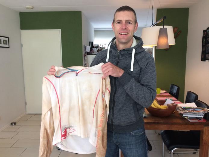 Quillermo Pellicaan met het door woestijnzand vergeelde shirt.