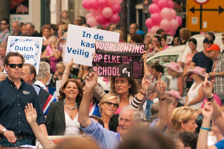Vera Bergkamp als COC-voorzitter tijdens de Canal Parade van 2011, Amsterdam. Links van haar toenmalig minister Van Bijsterveldt (Onderwijs, CDA) Beeld Osman Sorikaya voor COC Nederland