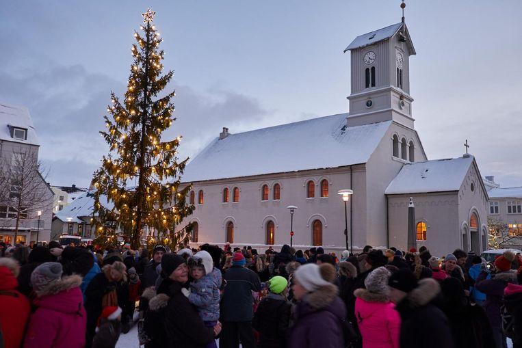 De kerstboom in Reykjavik wordt aangestoken. Beeld EPA