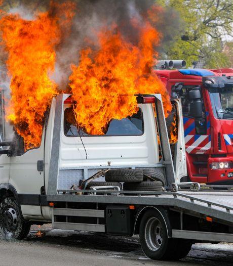 Vlammen slaan hoog uit autotransporter in Apeldoorn