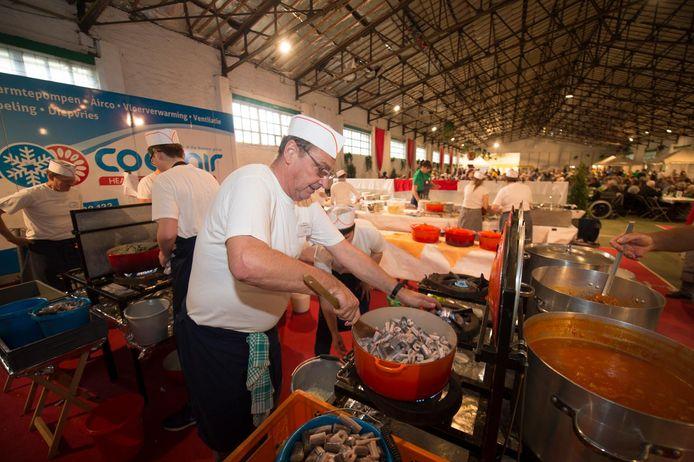 De chef-kok roert in de potten. In totaal werden 3.000 porties paling verorberd.