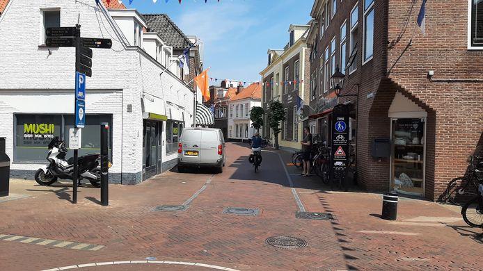 De beweegbare 'pollards' in de Donkerstraat staan al twee jaar naar beneden. Deze worden eerst nog hersteld maar de gemeente gaat over op camera's rond het voetgangersgebied.