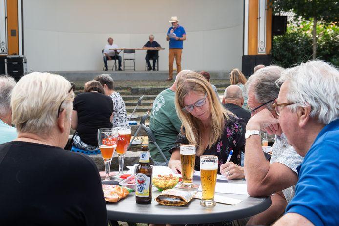 Concentratie en biertjes tijdens de Oosterhoutse kennisquiz.