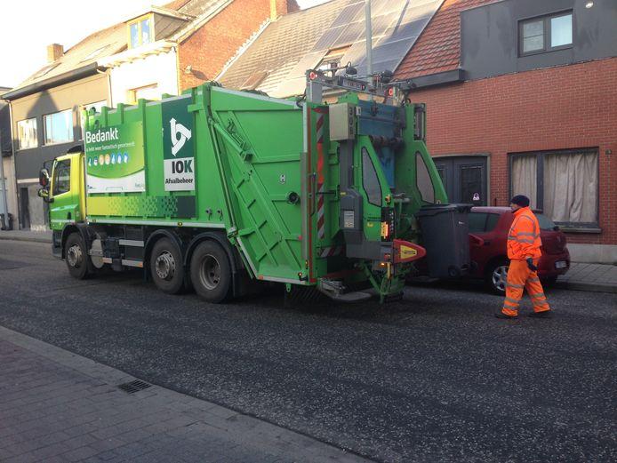 Archief: Een vuilniswagen van IOK haalt restafval op via het DIFTAR-systeem
