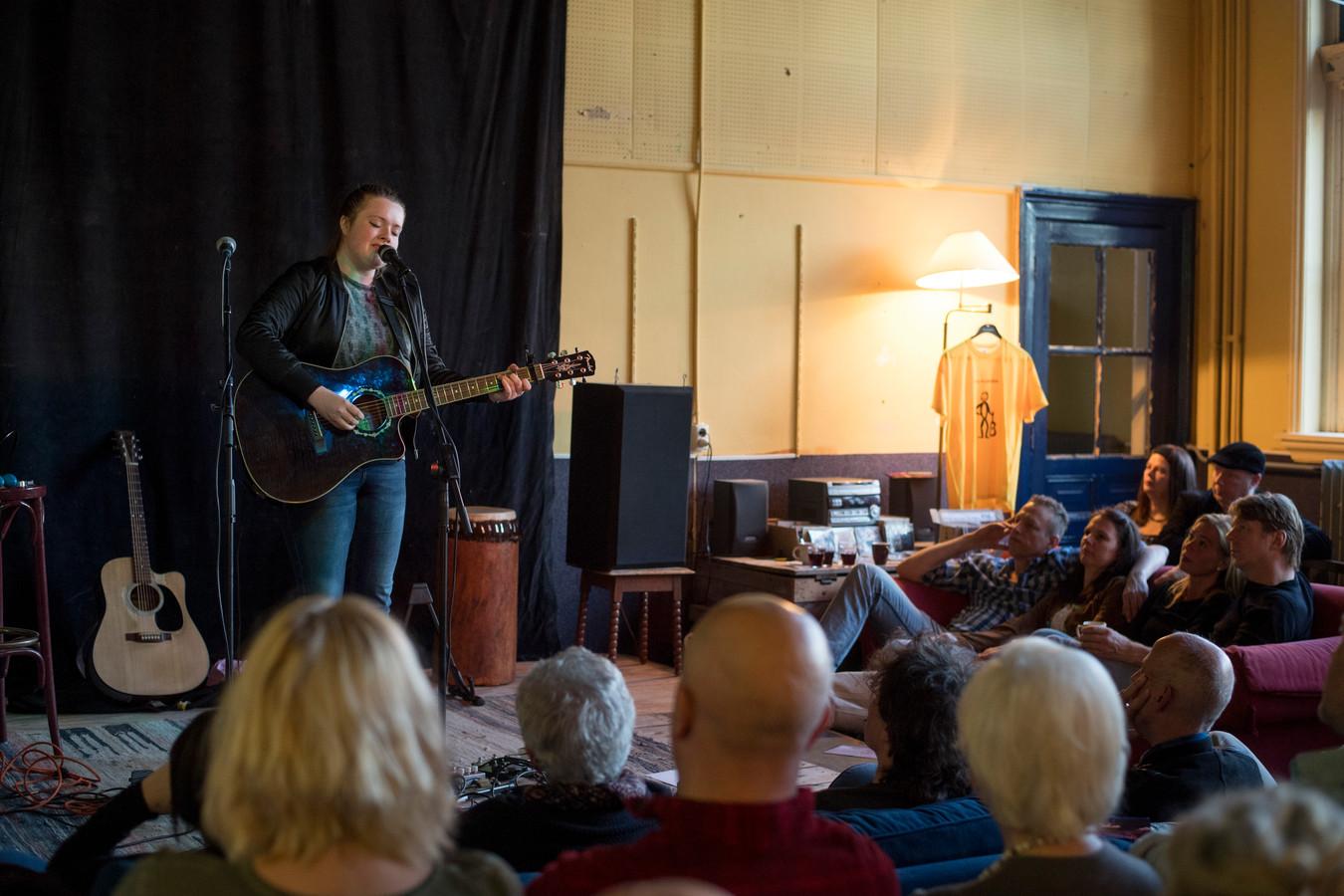 Een optreden van Lisa Nora in 2017 bij Paco Plumtrek in de oude Kolkschool.