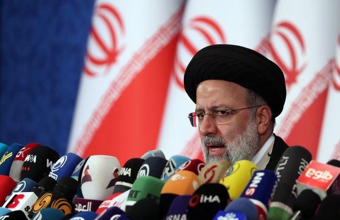 Ebrahim Raisi houdt zijn eerste persconferentie na de winst bij de presidentsverkiezingen.