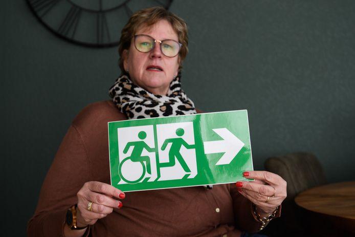 Petra Postma is aan een rolstoel gebonden en ontdekte dat veel nooduitgangen helemaal niet geschikt zijn voor minder validen.  Daar doet ze wat aan.