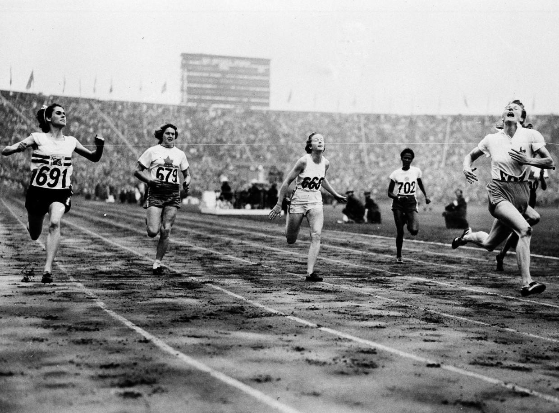 Fanny Blankers-Koen (rechts) boekt de overwinning voor het Nederlandse estafetteteam op de Spelen van Londen in 1948. Beeld AP