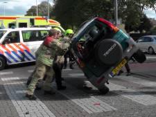 Auto op zijn kant in Rotterdamse wijk Het Lage Land