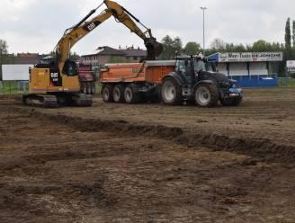 Grondwerken aanleg kunstgrasveld zijn begonnen, het gemeentebestuur zorgt voor een subsidie van 265.000 euro, de club betaalt de rest