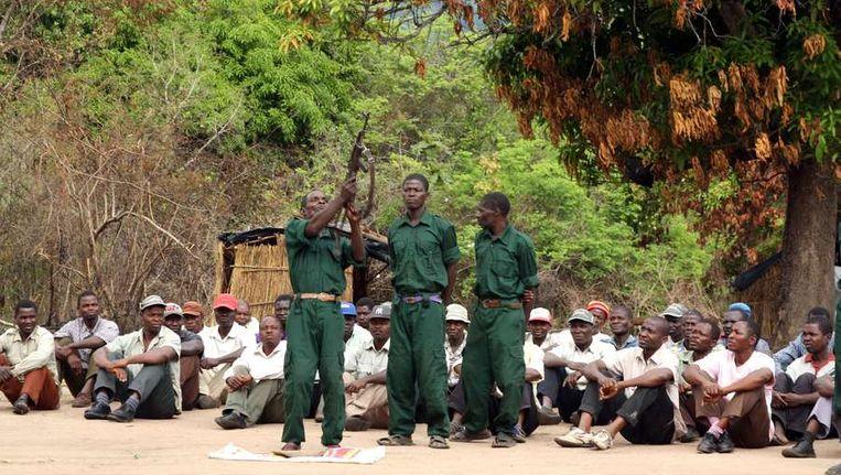 Soldaten van Renamo oefenen in 2012 in de Gorongosabergen van Mozambique. Beeld AFP