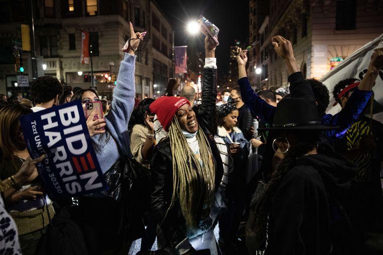 Dansende mensen op straat in Philadelphia.  Beeld AFP