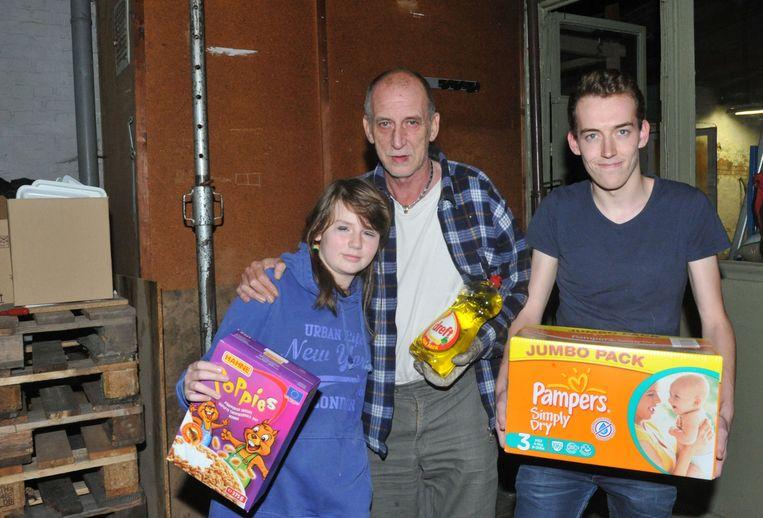 Pieter Wauters met twee van zijn kinderen bij de stuttingspaal (links).